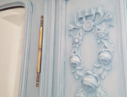 Glacis bleu gustavien pour l'armoire de grand mère